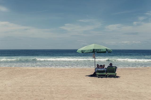 Dlaczego warto chodzić w klapkach po plaży?